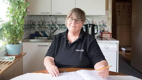 Marja Holli ei ole vuosikymmeneen kokenut ongelmia postin saamisessa, mutta nyt kolme lähetystä on jäänyt tulematta vajaan vuoden sisällä. Mielessä on käynyt, onko muitakin lähetyksiä kadonnut hänen tietämättään.