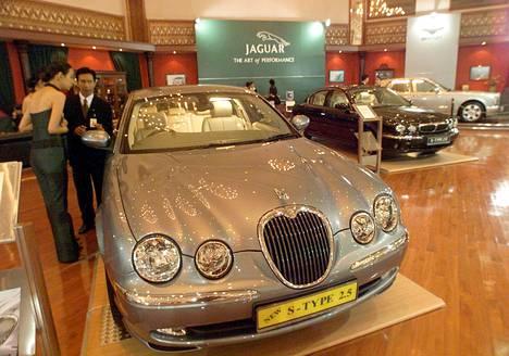 Jaguar S-Type esillä autonäyttelyssä Indonesian Jakartassa vuonna 2002.