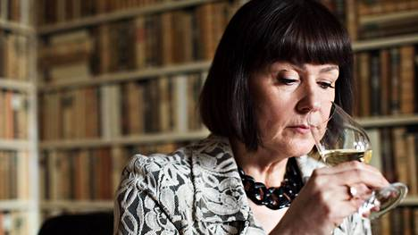 """Taina Vilkuna arvostaa suomalaisten mutkattomuutta viininjuojina. """"On ihanaa, kun meillä ei ole kahleena vuosisataisia viiniperinteitä. Kierrekorkkikaan ei ollut meille mikään ongelma."""""""