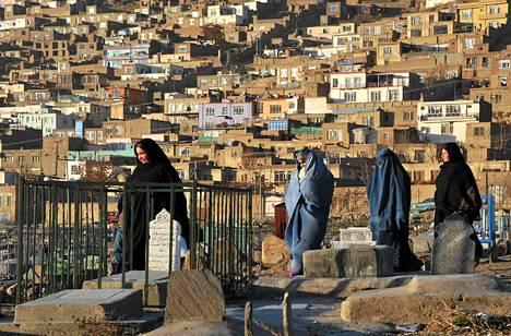 Afganistanilaiset naiset kävelevät the Kart-e-sakhin pyhätön hautausmaalla Kabulissa joulukuussa.