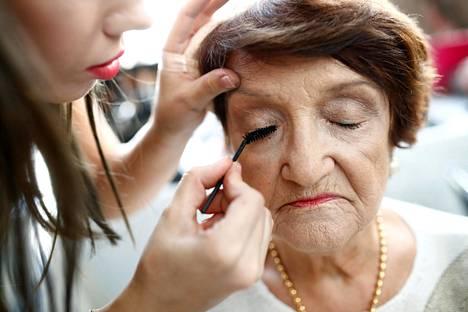Israelin Haifassa järjestettiin sunnuntaina keskitysleireiltä selvinneiden kauneuskilpailu. Osallistujaa meikataan kauneuskilpailua varten.