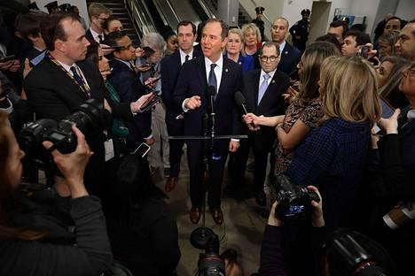 Virkarikoskäsittelyn johtavana syyttäjänä toimiva tiedusteluvaliokunnan puheenjohtaja Adam Schiff (kesk.) antoi lausuntoja medialle Kongressitalossa keskiviikkona.