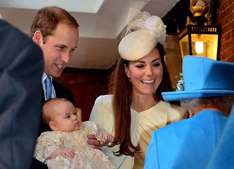 Prinssi William ja herttuatar Catherine puhuivat kuningatar Elisabetille prinssi Georgen ristiäisissä keskiviikkona.