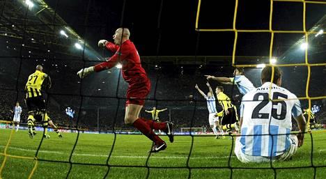 Malagan maalivahti Willy (kesk.) ja hänen joukkuetoverinsa viittilöivät avustavalle erotuomarille, koska Dortmundin juuri syntynyt voittomaali oli heidän mielestään selvä paitsio.
