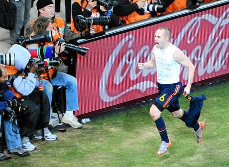 Espanjan Andres Iniesta juhli vuoden 2010 MM-finaalissa tekemäänsä maalia pääsponsori Coca Colan mainoksen edessä.