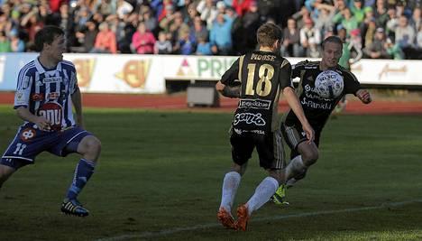 JK:n nro 16 Akseli Pelvas ja nro 18 Justin Moose junailevat SJK:n 1-0 maalia