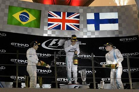 Williamsin Felipe Massa (vas) ja Valtteri Bottas antoivat maailmanmestari Lewis Hamiltonille kuohujuomasuihkun.