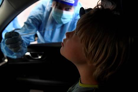 Lapsi koronatestissä Husin lastensairaalan testauspisteellä elokuussa 2020.