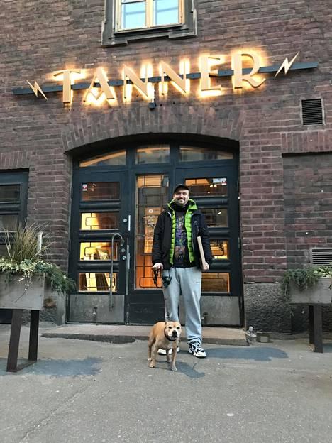 Heikki Vaht toimittaa levykauppansa kotiinkuljetukset pyörällä. Kuvassa myös Halla-koira.