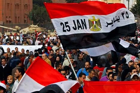 Ensimmäisiä mielenosoituksia Tahririn aukiolla vuonna 2011 tammikuussa Kairossa.
