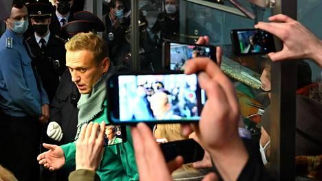 Oppositiojohtaja Aleksei Navalnyi hetkeä ennen kuin viranomaiset ohjasivat hänet mukaansa Šeremetjevon lentokentällä Moskovassa.