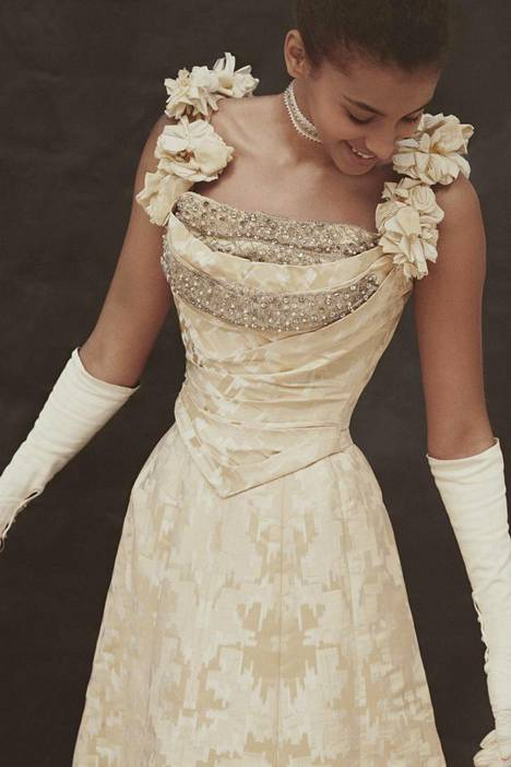 The gold and silver patterned dance outfit dates from 1904. The neckline is bordered by gray, decorated tulle.  The garment has been commissioned for Anna Beck-Friis, whose waist circumference was 58 centimeters.  - Book illustrations.