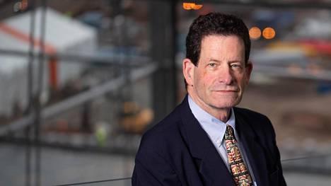 Ken Fisher on omin avuin menestynyt miljardööri ja opintonsa kesken jättänyt sijoittaja, jonka perustama Fisher Investment -sijoitusyhtiö hallinnoi yli sadan miljardin dollarin sijoitusvarallisuutta.