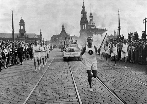 Olympiatulta juostiin kesällä 1936 viestinä Kreikasta Berliiniin. Kuva on Dresdenistä.