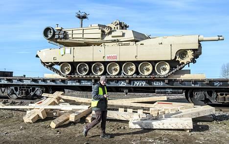 Neljän yhdysvaltalaisen Abrams-panssarivaunun kolonna saapui Viron Tapaan maaliskuussa.