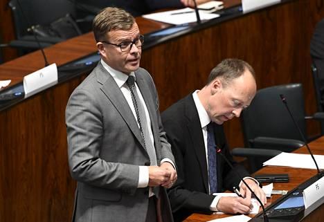 Kokoomuksen puheenjohtaja Petteri Orpo (vas) ja perussuomalaisten puheenjohtaja Jussi Halla-aho eduskunnassa syyskuussa.
