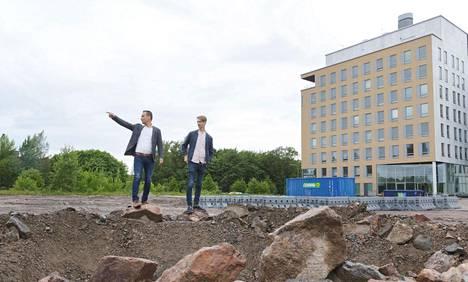 SSA:n Tommi Saari ja Hannu Holma Base Manskun perustusten koekaivauskuopan äärellä Helsingin Ruskeasuolla. Hotellirakentaminen alkaa virallisesti syksyllä.