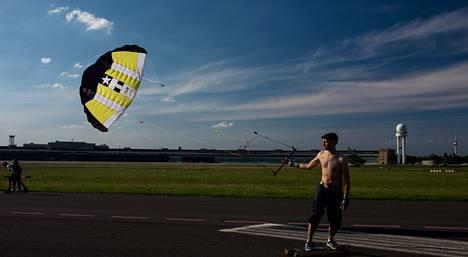 Leijalautailija Pascal Engel pitää valtavaa Tempelhofin lentokenttää poikkeuksellisen hienona puistona.