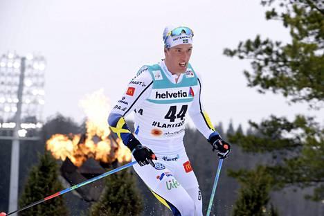 Calle Halfvarsson hiihtää Ruotsin ankkurina.