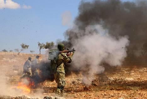 Syyrian kapinnallisten joukkojen sotilas osallistui taisteluharjoitukseen tuntemattomassa paikassa Idlibin alueella syyskuussa.