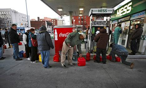 Asiakkaat jonottivat bensaa Brooklynissa New Yorkissa perjantaina.