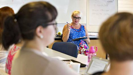 Kirjoittamisen opettaja Taija Tuominen puhuu koko päivän ilman powerpointteja tai muistiinpanoja.