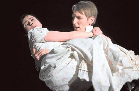 Sara Melleri tunteellisena Mariannena rakastuu petolliseen Willoughbyhyn, jota esittää Pekka Strang.