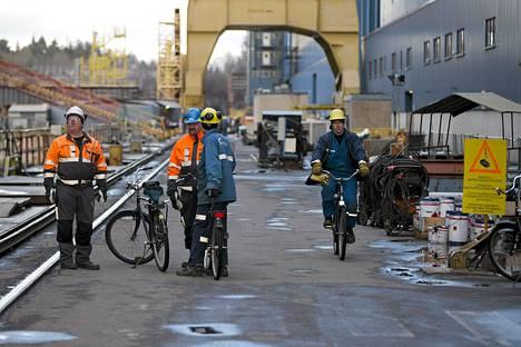Keskuspankin mukaan Suomen taloutta koettelevat kansainvälisen talouden heikon suhdanteen lisäksi teollisuuden rakennemuutos, kotimaisten kustannusten kasvu ja väestön ikääntyminen. Kuvassa telakkatyöläisiä STX:n telakalla Turussa.