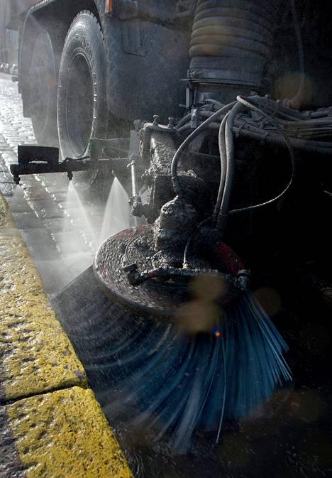 Kaupunki kastelee tienreunoja, jotta pölyäminen pysyisi vähäisenä.
