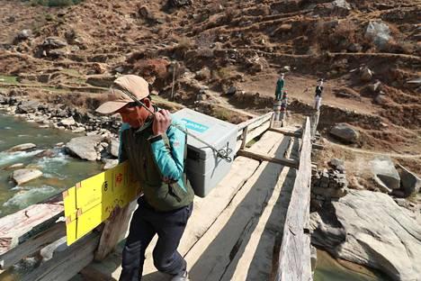 Koronarokotteita vietiin syrjäiselle Jumlan alueelle Nepalissa maaliskuussa. Unicef on auttanut kehittämään muun muassa rokoteohjelman kylmäketjujen toimimista.