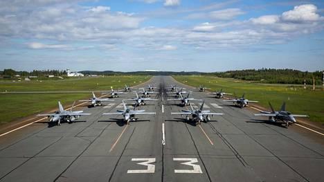 Ilmavoimien Hornet-hävittäjiä kiitotiellä harvinaisen kattavassa yhteiskuvassa.