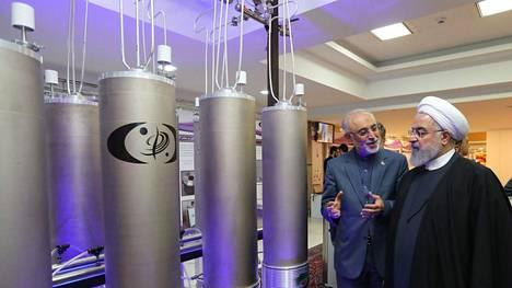 Iranin presidentti Hassan Ruhani (oik.) tutustumassa maan ydinteknologiaan Teheranissa. Iran julkisti kuvan aiemmin keväällä. Harmaiden tötteröiden sisällä on tai väitetään olevan iranilaisia sentrifugeja. ne ovat laitteita, joka vispaavat uraania yhä suurempiin pitoisuuksiin.