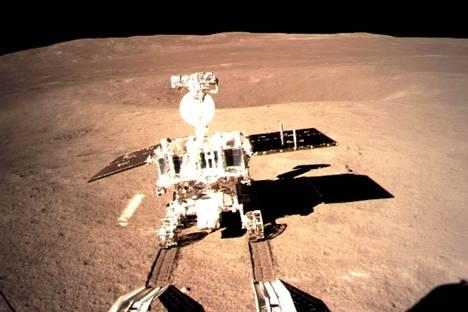 Kiinalainen mönkijä Yutu 2 laskeutui alas ramppia torstaina. Näin ihmisen valmistama laite liikahti ensi kertaa Kuun toisella puolella.