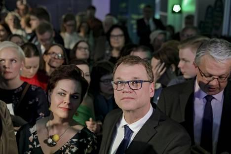 Keskustan puheenjohtaja Juha Sipilä seurasi muun muassa varapuheenjohtaja Hannakaisa Heikkisen kanssa ennakkoäänten julkaisua puoluetoimistolla Apollonkadulla sunnuntai-iltana.