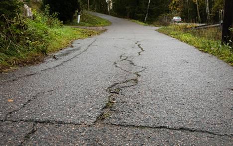 Vanhankyläntiellä Mäyräojantien risteykseen laskevassa mäessä asvaltti oli pahasti railoinen ja katkeillut viime vuoden lokakuussa. Mäki on edelleen huonossa kunnossa.