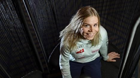 Jasmi Joensuu on kirjoilla Vantaalla, mutta viime keväänä hän muutti Rovaniemelle parempien harjoitusolojen perään. Samalla hän tekee osapäiväisesti koulutustaan vastaavaa markkinointiin liittyvää työtä Lapin urheiluopistolle Santasportille.