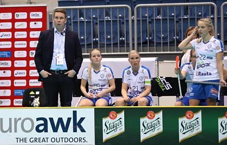 Suomen valmentaja Lasse Kurronen, Jenna Saario, Nina Rantala ja Ella Alanko olivat vakavina finaaliottelussa.