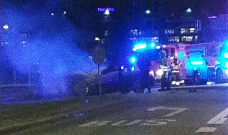 Linja-auto ja henkilöauto kolaroivat Teollisuuskadun ja Vääksyntien risteyksessä Helsingissä torstaina.