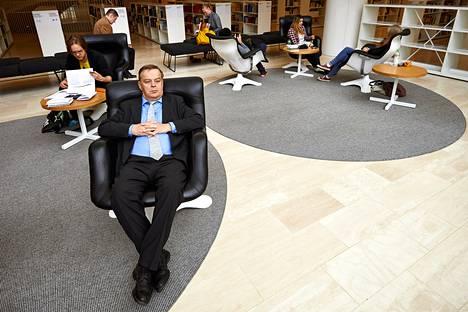Valtiovarainministeriön entinen valtiosihteeri Raimo Sailas tutustui hyvinvointivaltion uusimpaan saavutukseen: Helsingin yliopiston Kaisa-kirjastoon.