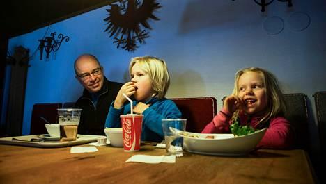 Helsinkiläiset Teemu, Kosti, 9, ja Kaisla, 6, Suvanto viettivät hiihtolomaviikon laskettelurinteessä Tahkolla. Tällä kertaa rinneravintolalounas oli makkaraperunoita ja lohikeittoa.