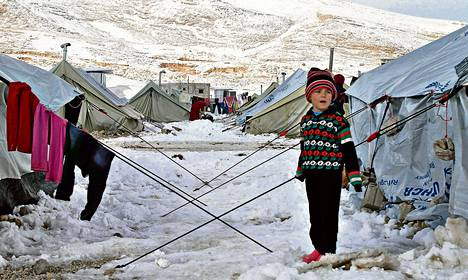 Syyrialaispoika ihmetteli lunta pakolaisleirillä Bekaan laaksossa Libanonissa joulukuussa. Osissa Lähi-itää ei ole satanut yhtä paljon lunta puoleen vuosisataan.