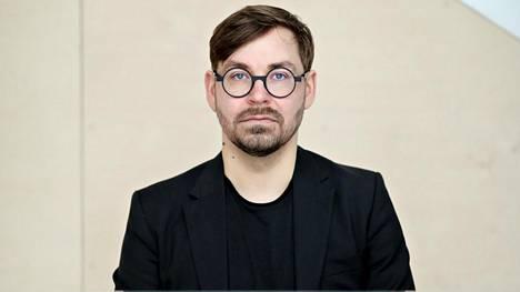 """""""Me olemme niin pieni kustantamo, että meidän on mahdollista valita kustannusohjelma yhdessä ja tehdä vain kirjoja joita itse rakastamme,"""" sanoo Kosmoksen kustantaja Mikko Aarne."""