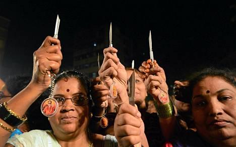 Intialaiset naiset esittelivät Shiv Sena -puolueen jakamia veitsiä Mumbaissa keskiviikkona.
