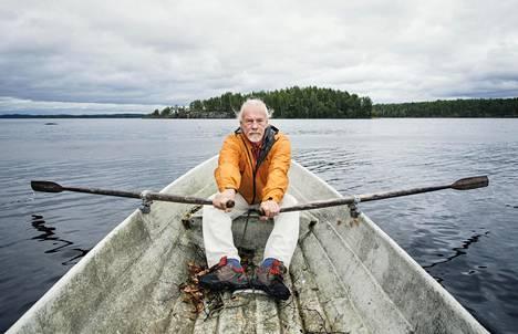 """Taiteilija Lauri Nykopp jätti """"kravattiherrahommat"""" 15 vuotta sitten. Hän asuu ja työskentelee Hirvensalmella, jossa kuvataidetta innoittaa muun muassa Puulaveden Karttuunselkä."""