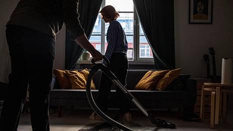 Hallituksen suunnittelemassa kokeilussa esimerkiksi siivouksen tilaaminen kotiin olisi entistä kannattavampaa.