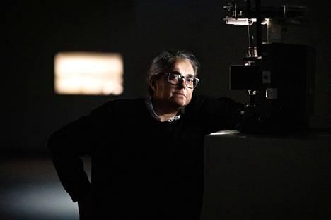 Tacita Dean kuvattuna Emmassa analogisen filmiprojektorin valossa. Filmille kuvatut elokuvat pitää esittää projektoreilla eikä digitaalisina versiona, on Deanin horjumaton mielipide.