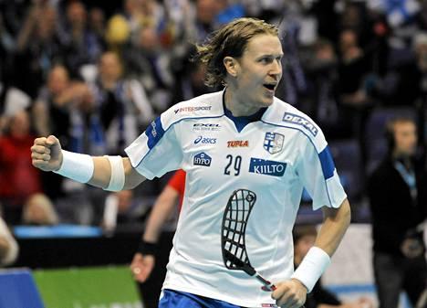 Näin Mika Kohonen tuuletti vuoden 2010 MM-finaalissa Ruotsia vastaan tekemäänsä maalia.