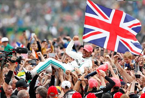 Tuhannet Britannian liput liehuivat Hamiltonin juhliessa voittoaan sunnuntaina.