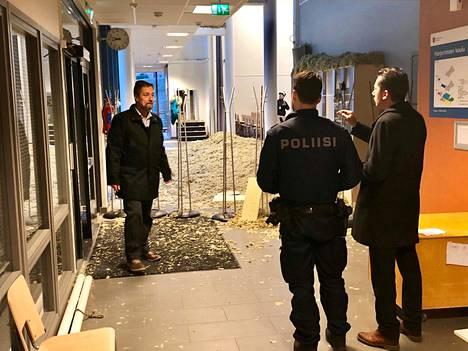 Loviisan kaupungin tekninen johtaja Ulf Blomberg (vas.), kaupunginjohtaja Jan D. Oker-Blom ja poliisin edustaja olivat paikalla Harjurinteen koulun onnettomuuspaikalla heti aamusta.