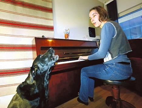 Kessu ja sen omistaja Riikka Hänninen treenaavat kesäduunibluesia, jossa koiralla on soolo-osuus.